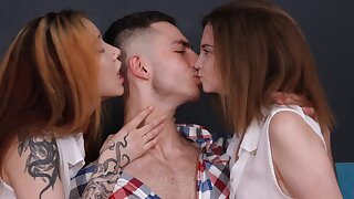 Smooth FFM threesome with Russian babes Bella Gray and Vasilisa Lisa